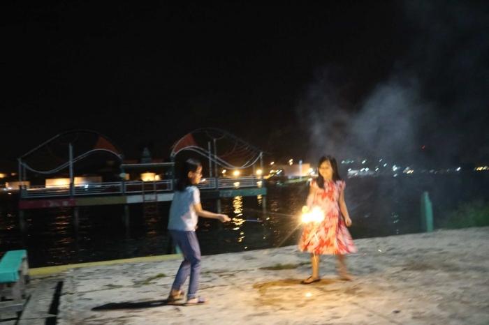 Bermain kembang api di Lang Lang Laut. | Dokumentasi Pribadi
