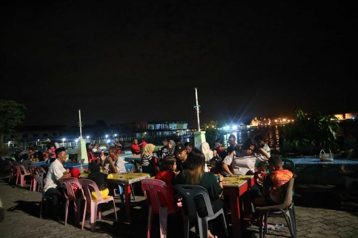 Menikmati kuliner dengan suasana pantai di Lang Lang Laut. | Dokumentasi Pribadi