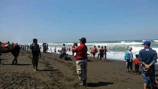 Asyik berfoto di Pantai Setrojenar - Dok. Susanti Hara