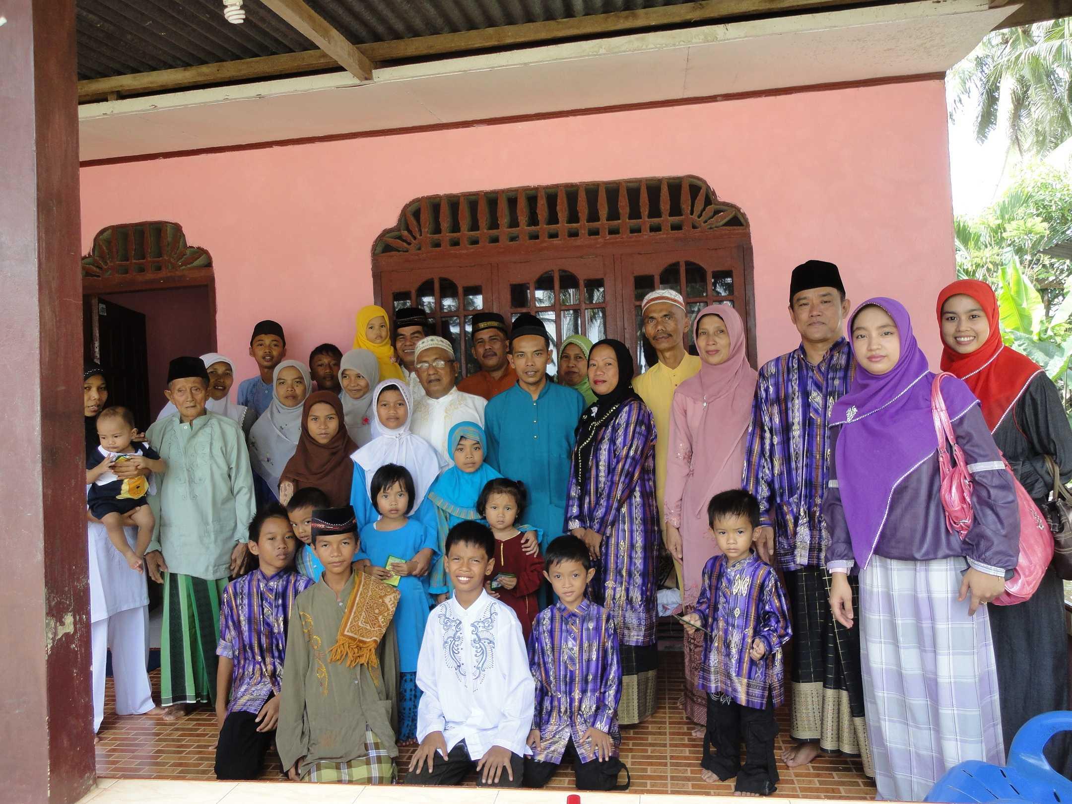 bersama keluarga angkat dari etnis bugis