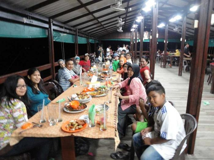 bersama keluarga dari etnis melayu (buka puasa bersama)