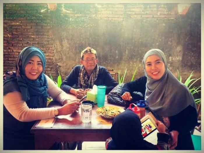 Kang Bugi bersama pengurus baru Komunitas Kompasianer Makassar Tawwa: Kak Abby & kak Atik (Dokumentasi Vlomaya)