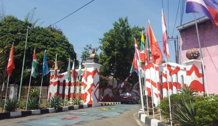 Gapura Kampung Asian Games Pucangsawit dengan bendera negara-negara peserta Asian Games 2018 (dok. pri).