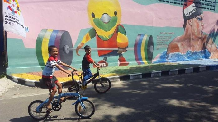 Petra dan Hafiz bermain sepeda di Kampung Asian Games Pucangsawit pada Sabtu (14/7/2018) siang (dok. pri).