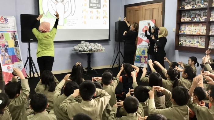 Anak-anak Sekolah Dasar Darma Yudha belajar BISINDO