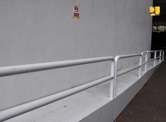 Jalur khusus untuk kursi roda/foto dari www.pu.go.id