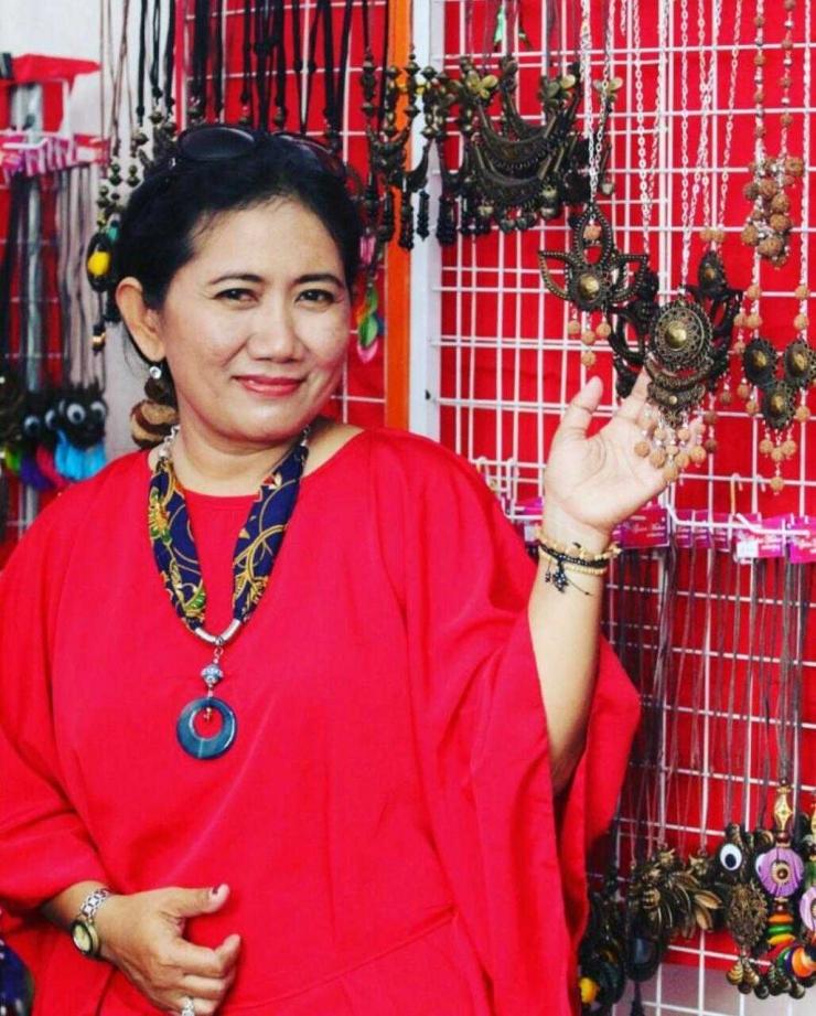 Anamaria Hening Puspasari, wanita penggagas kreasi syal batik perca dari Kabupaten Kediri (foto: akun Instagram Ahening14)