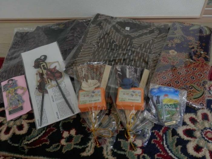 Souvenir Khas Indonesia yang sudah kami persiapkan untuk Keluarga Tsuji. Sumber Foto: Dokumentasi Pribadi