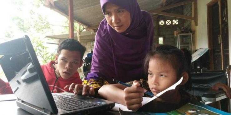 Anak Berkebutuhan Khusus dan teknologi digital. Foto dari: https://regional.kompas.com/read/2016/08/17/07221221/cerita.ufa.guru.bagi.kemerdekaan.anak-anak.berkebutuhan.khusus.
