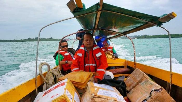 CSR TGI membawa buku-buku ke pulau Buluh