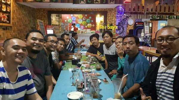 NGOPI: Bercengkrama di warkop sudah menjadi budaya Wong Nggersik.   Dok Pribadi