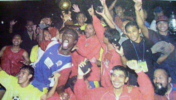 EUFORIA: Para penggawa Petrokimia Putra saat merayakan gelar juara Liga Indonesia mereka pada tahun 2002.   vamosarema.com