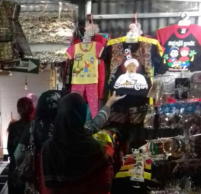 BELANJA: Pengunjung makam Sunan Giri tampak sedang memilih oleh-oleh.   Dok Pribadi