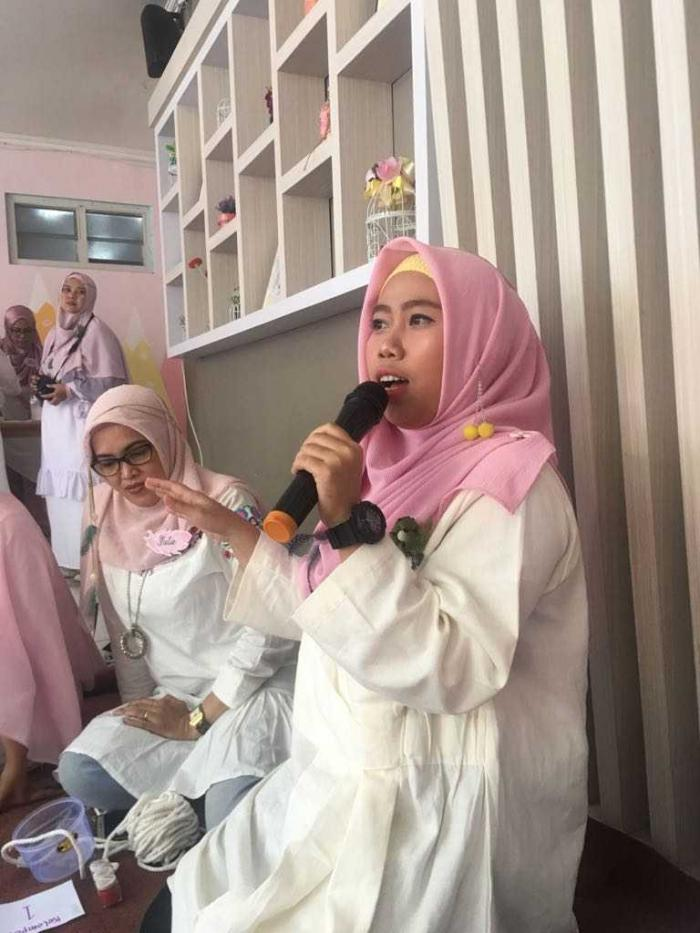 Workshop Komunitas UploadDIY Bandung, mendapat workshop keranjang tali katun keren. Baby Dinata founder UploadDIY Indonesia tampak menyampaikan gagasan dan sambutan   dokpri
