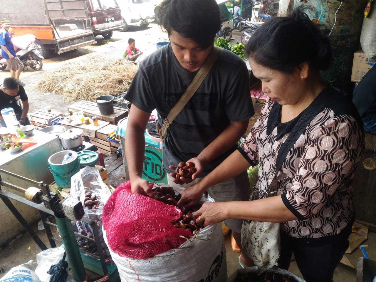 Aktivitas jual-beli jengkol di Pasar Induk Kramat jati, Jakarta Timur beberapa waktu lalu. (Dok. Aryo)
