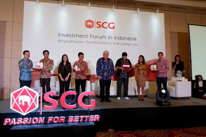 Para pembicara dalam acara SCG Investment Forum 2018 pose bersama Country Director SCG Indonesia Nantapong Chantrakul (tengah). Sumber, dokumentasi pribadi