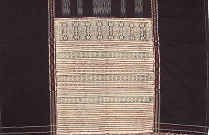 Detil ulos Jugia, bagian motif rumit yang indah itu adalah Tinorpa (Sumber: tribaltextiles.info, koleksi Vera Tobing)