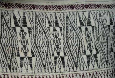 Detil Tinorpa pada ulos Jugia, perhatikan bentuk anting, beruang, dan biji ketimun (Sumber: tribal textiles.info, koleksi Vera Tobing)