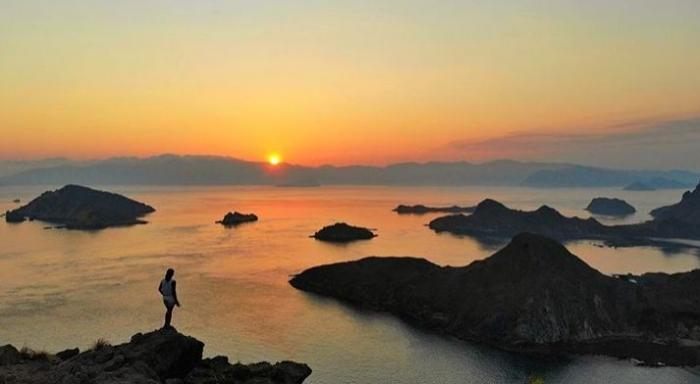 Sunset di Pulau Padar. sumber: instagram.com/tinaedanae