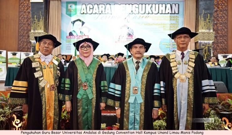 Dua bersaudara (berdiri di tengah) saat dikukuhkan sebagai guru besar (dok.unand.ac.id)