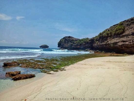 Menikmati Deburan Ombak di Pantai Srau dan Nampu