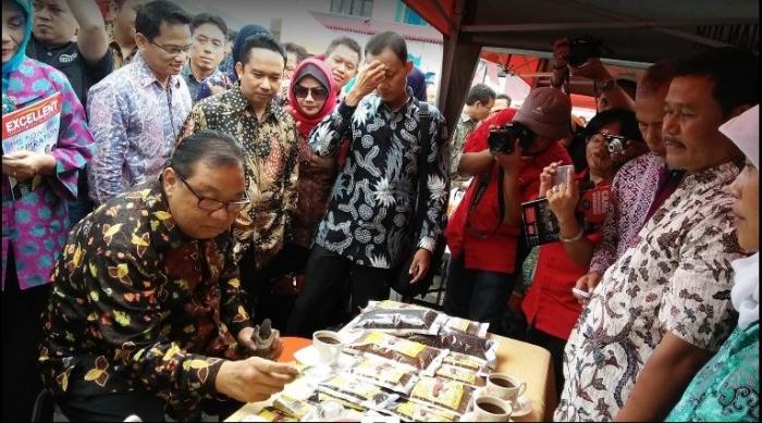 Menteri Koperasi dan Usaha Kecil dan Menengah Republik Indonesia, Anak Agung Gede Ngurah Puspayoga mencicipi Kopi Luwak MB (Dokumentasi Mas Budi)