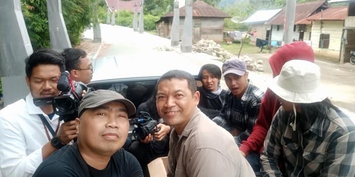 Menyusuri Jl. Sisingamangara Desa Hotanagoidang dengan pickup terbuka. (Foto Ganendra)