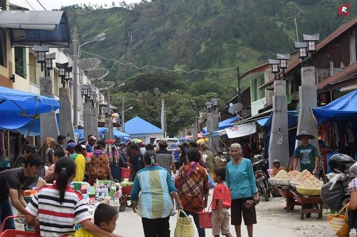 Pasar Muara depan Pelabuhan Muara dengan tiang lampu jalan. (Foto Ganendra)