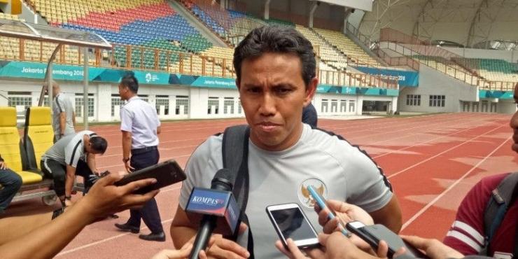 Pelatih timnas Indonesia, Bima Sakti setelah sesi latihan, Senin (5/11/2018). (HARY PRASETYA/BOLASPORT.COM)