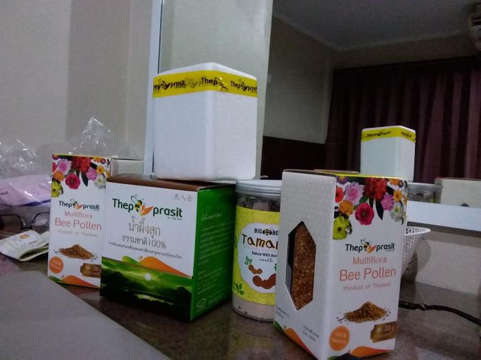 Ini produk madu yang dihasilkan. Dapat dibeli di toko setempat. Sayang, penulis dilarang mengambil foto di ruang Pak Adnan. Foto   Dokpri
