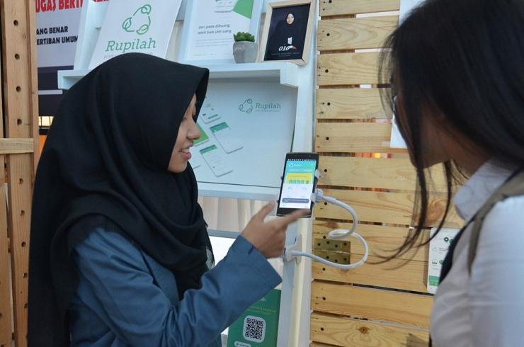 Thalita Nursinta Aulia saat menujukkan aplikasi Rupilah