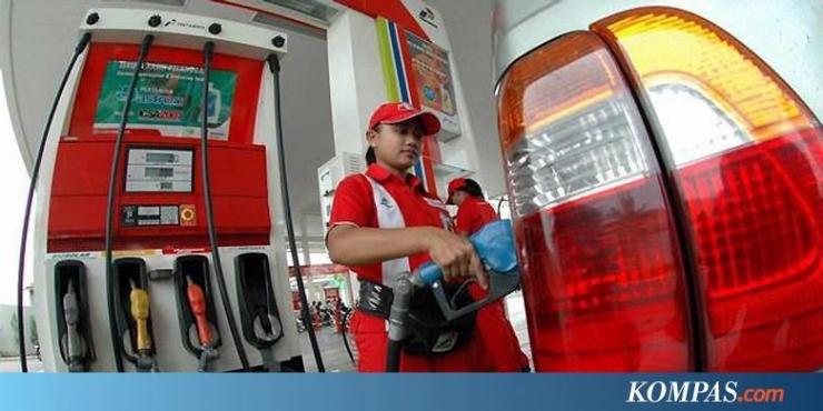 Gambar Seorang Petugas SPBU Pertamina Sedang Mengisi Tangki BBM Kendaraan Dengan Pertamax (Sumber Gambar: www.ekonomi.kompas.com)