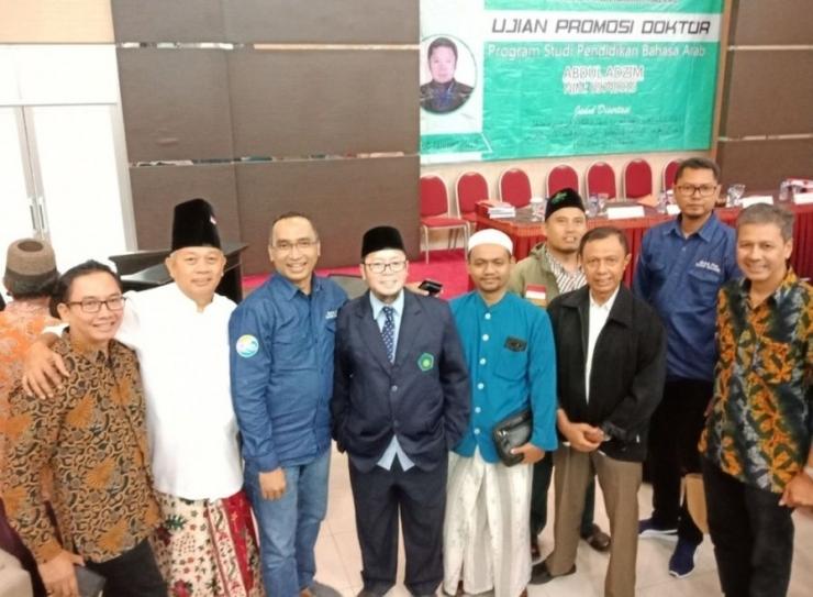 Abdul Adzim Irsad -tengah pakai jas- foto bersama para koleganya (Dok Pribadi)