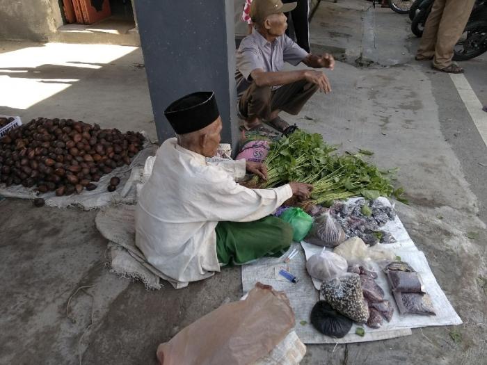 Pedagang biji bibit tanaman menggelar lapak di emper kios pasar. Dokpri
