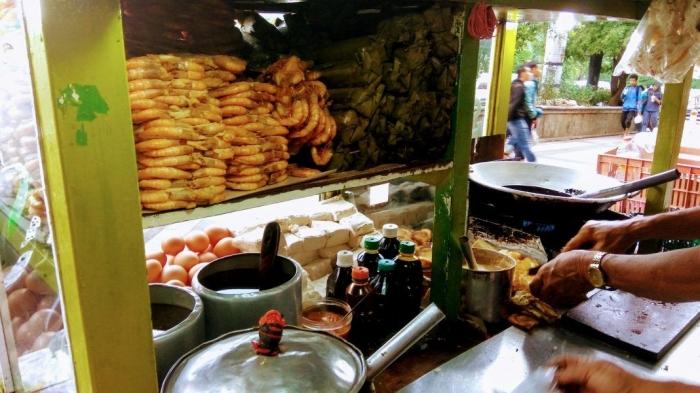 Gimbal Udang digoreng setengah matang, kemudian ditata rapi di gerobak, agar menarik pembeli. (Dok. Travel.today.com)