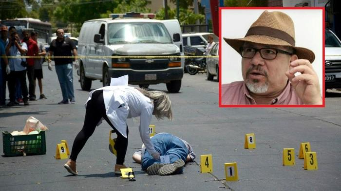 Forensik Kepolisian sedang melakukan penyelidikan di lokasi penembakan reporter Javier Valdez.Photo inzet : Javier Valdez (Sumber :https://www.gotoground.com/)