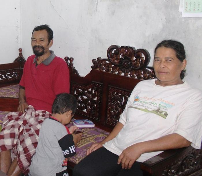 Pak Asan Suwandi dan ibu Riwes pemilik Rumah Jander pegunungan Karangtunon