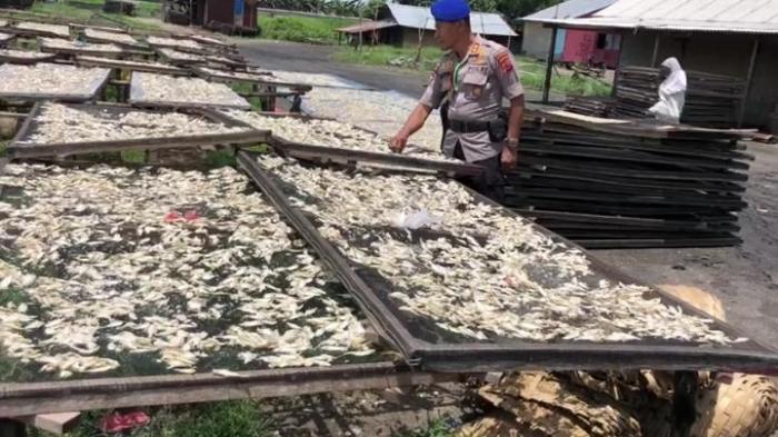 AKBP Untung Sangaji Saat Mengunjungi Pemukiman Nelayan