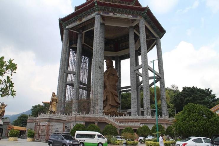 Patung Dewi Kwan Im di puncak kuil asita)