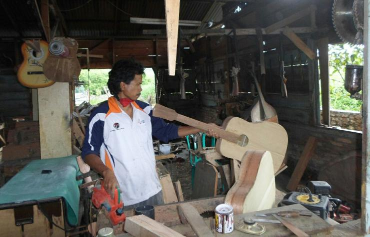 Proses penukangan Gitar Sipoholon di bengkel Bapak Kristian Hutagalung, di Jalan Balige-Tarutung, Desa Hutauruk, Kecamatan Sipoholon, Tapanuli Utara, Sumatera Utara. (Foto by Mora)