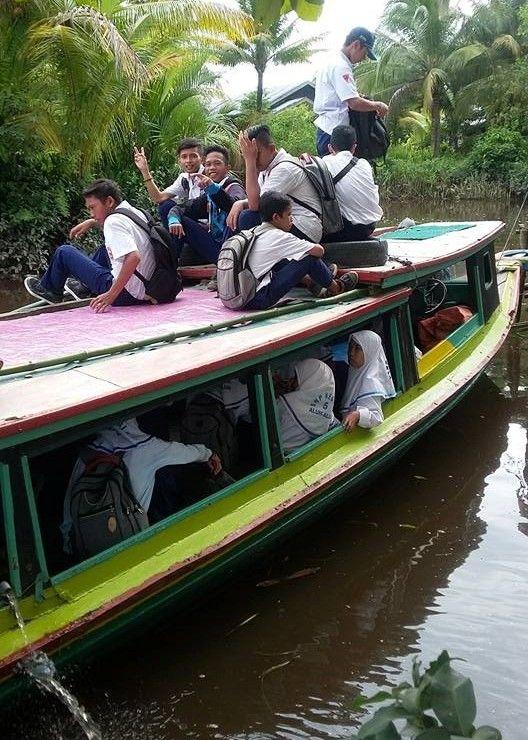 Siswa SMPN Aluh-Aluh Kabupaten Banjar (Kalsel) yang berangkat mengikuti simulasi UNBK ke sekolah lain dengan menggunakan kapal klotok