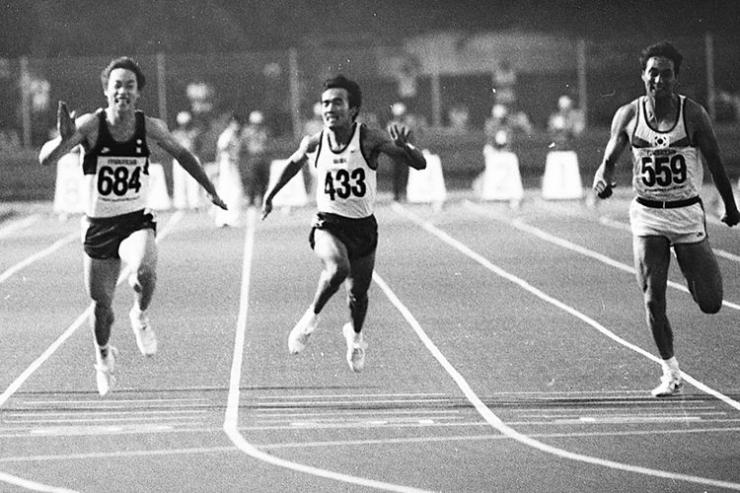 Purnomo (433) meraih medali perak nomor 100 m dan memecahkan rekor Asia 0,01 detik lebih cepat. Medali emas disabet sprinter Cina Zheng Chen (684) yang juga memecahkan rekor Asia dengan waktu 10,28 detik lebih cepat 0,06 detik. Medali perunggu diraih Korea Jang Jae Kun (559). (KOMPAS/KARTONO RIYADI)