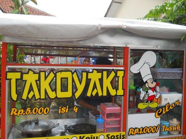 Gerobak dagangan Takoyaki dan Cilur-nya Trisni Priyastuti di sela kemeriahan Kirab Budaya Cap Go Meh Kelenteng Khong Hwie Kiong Kebumen 2019. Dokumen pribadi.
