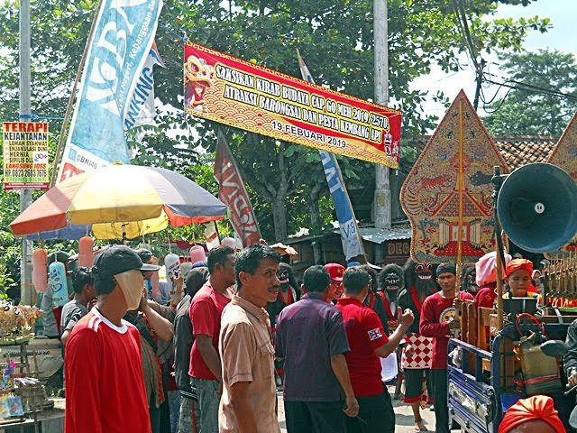 Widpraz, seniman busana carnival di tengah kemeriahan perayaan Cap Go Meh Kelenteng Khong Hwie Kiong Kebumen 2019. Dokumen pribadi.