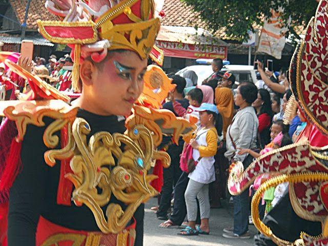 Bobby, satu penampil karya busana carnival Widpraz di dalam Kirab Budaya Cap Go Meh Kelenteng Khong Hwie Kiong Kebumen 2019. Dokumen pribadi.