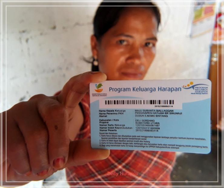 Mak Pita menunjukkan kartu kepesertaan Program Keluarga Harapan dari Kemensos yang tercatat atas namanya. Credit Foto oleh Dedy Hutajulu
