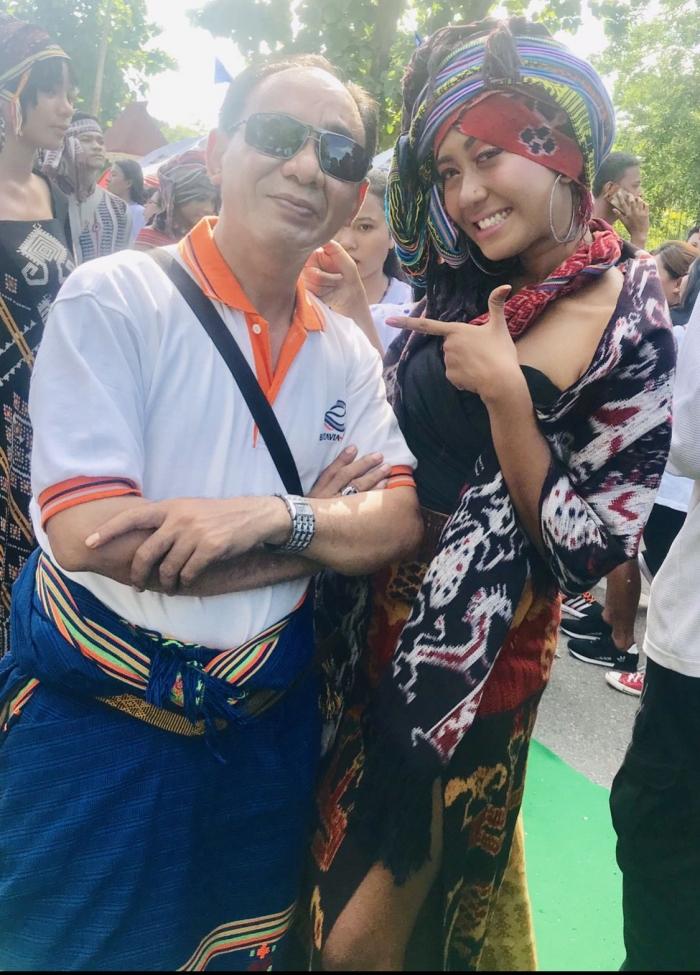 Sumber: dokpri, pose bersama penulis dengan salah satu peserta fashion show tenun khas NTT, Kupang, 2 Maret 2019.
