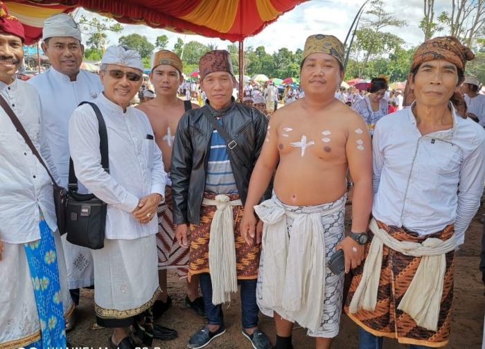 Prof. Triguna bersama umat Hindu di Kalsel. Foto | Dokpri