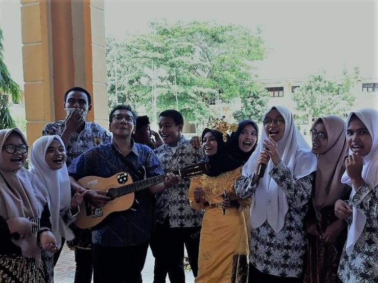 (Keterengan Photo: Suasana menjelang saya keluar dari pintu gerbang SMAN-1 itu usai acara reuni, Saya menyempatkan diri menghampiri sekumpulan siswa  yang sedang berlatih Kesenian, dan bernyanyi bersama/ Photo by: Rendra Tris Surya)