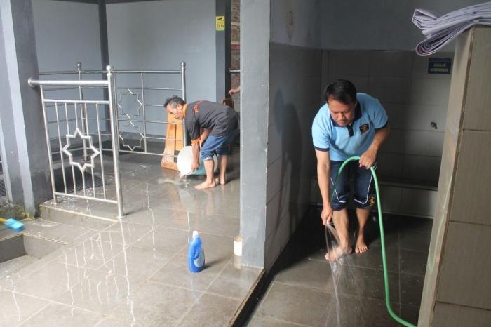 Petugas dan WBP bersama membersihkan rumah ibadah | Dokpri